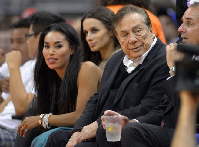 Donald Sterling y su novia, Stiviano, durante un partido.