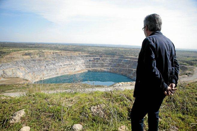 Un hombre observa la antigua corta de la explotación minera de...