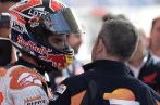 Márquez charla con un miembro de su equipo tras la sesión de...