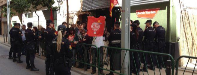 Algunos de los manifestantes alejados por la Policía de la puerta del...