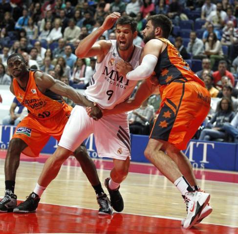 Felipe Reyes no puede zafarse de la defensa del Valencia.