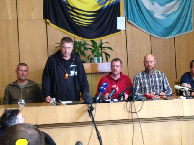 El líder prorruso , junto a algunos de los observadores secuestrados.