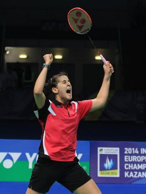 Carolina Marín celebra su triunfo en el Europeo.