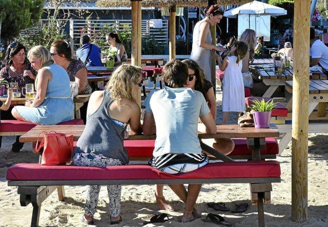 Turistas británicos en un chiringuito de la playa de Magaluf en la...