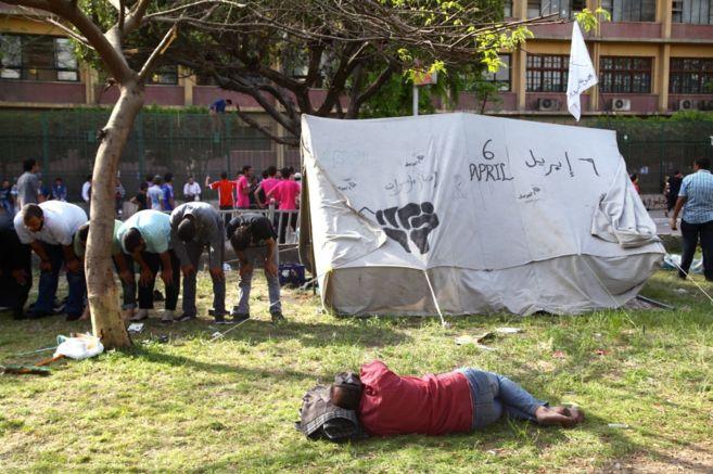 Miembros del Movimiento 6 de abril durante las protestas de 2012.