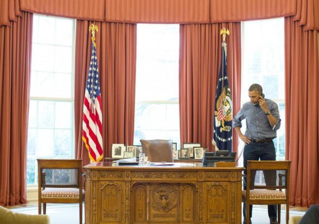 El presidente Obama habla por teléfono con Putin, desde el Despacho...