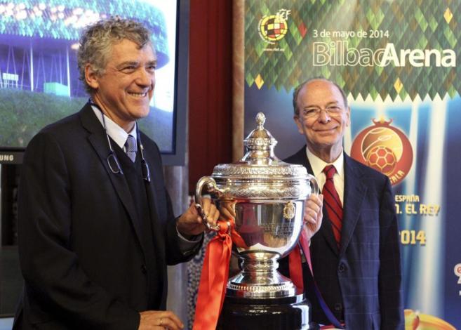 El alcalde de Bilbao, Ibon Areso (d), junto a Ángel María Villar,...