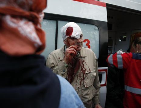 Un herido recibe asistencia médica tras los choques en Donetsk.