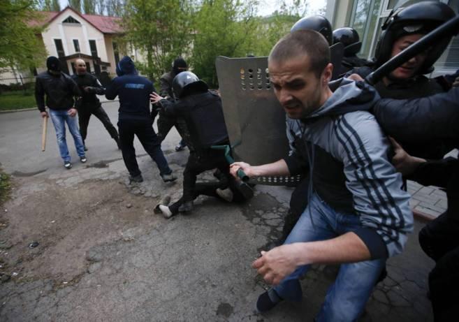 Separatistas prorrusos se enfrentan a la policía durante una...