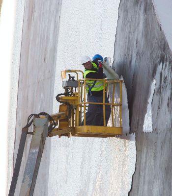 Los operario retiran el trencadís de la fachada.