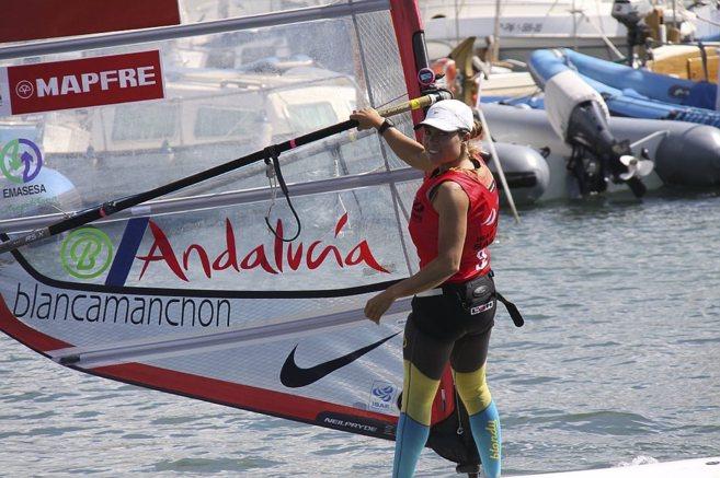 La windsurfista sevillana Blanca Manchón, durante una regata de...