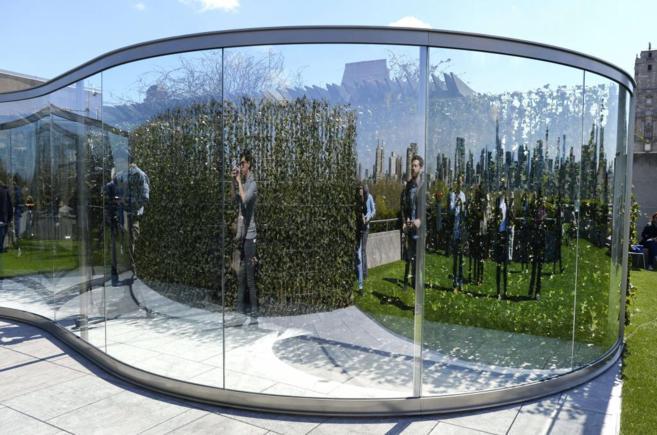 Varios visitantes observan su reflejo en la nueva azotea del...