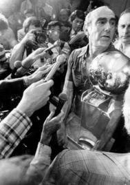 Ramsay, con el trofeo, en 1977.