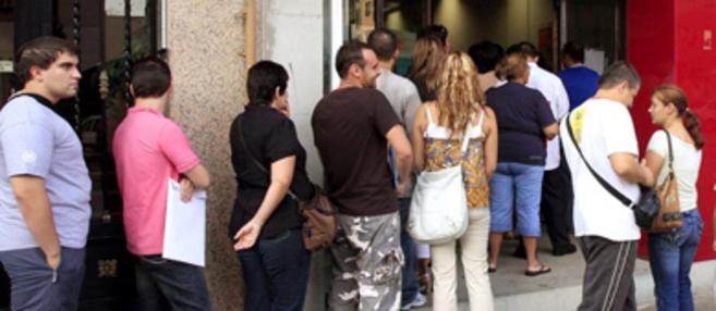 Colas de paro en las oficinas de desempleo de Castellón.