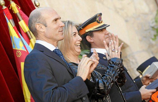 El concejal Juan Seva, y la alcaldesa de Alicante, Sonia Castedo, en...