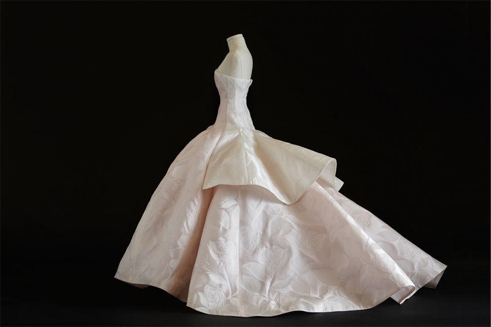Vestido rosa pálido y  blanco, con bustier de seda, usado por...