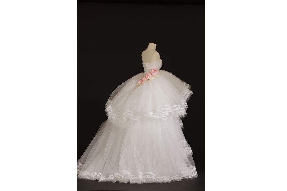 Schumann. Vestido de fiesta de tul de seda adornado con encaje de...