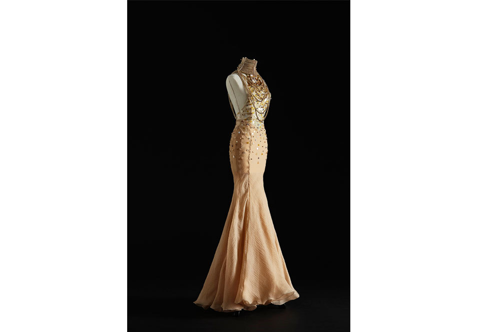 Vestido Backless en gasa de seda color nude, collar de oro Belle...
