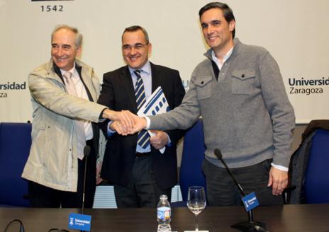 Manuel Arruebo (derecha) acompañado de L. M. García Vinuesa,...