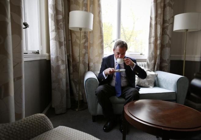 Nigel Farage, líder del Ukip, tomándose una taza de té.