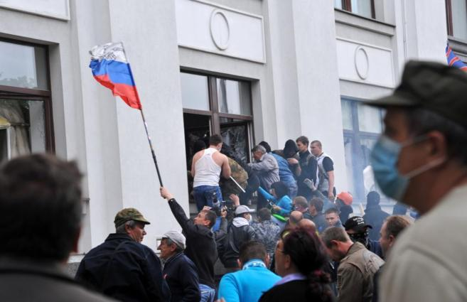 Manifestantes prorrusos irrumpen en la Administración regional de...