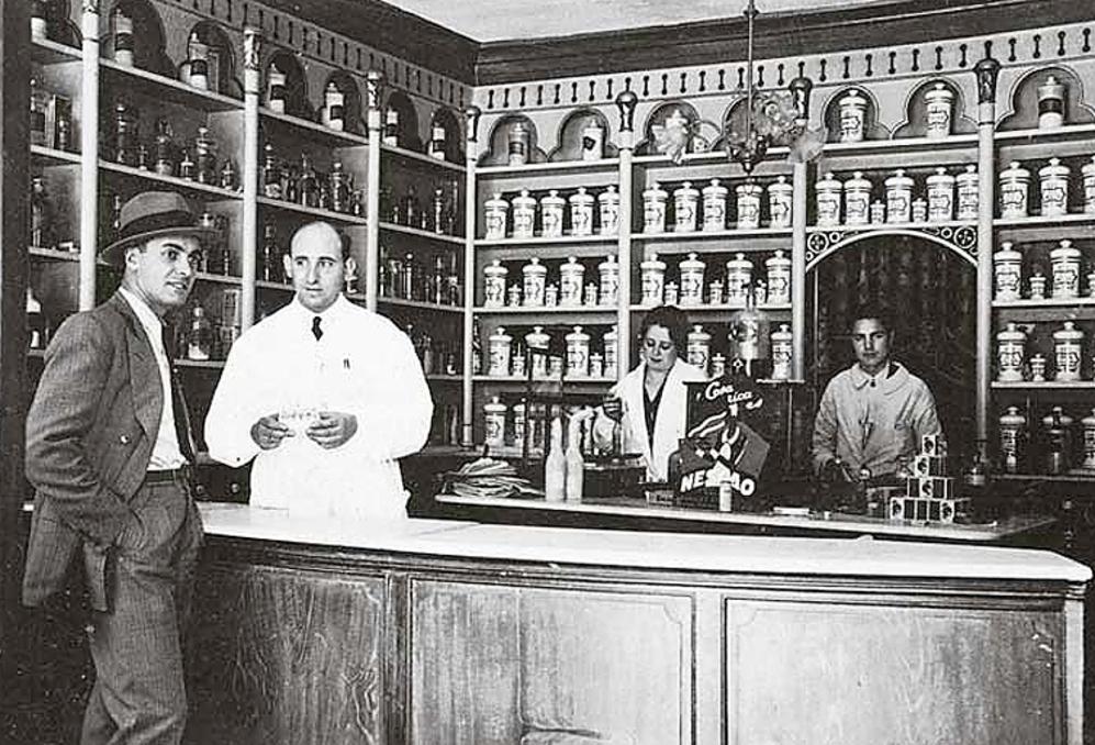 Retrato de Valenzuela y farmacia Baltar en Padrón, La Coruña, hacia...