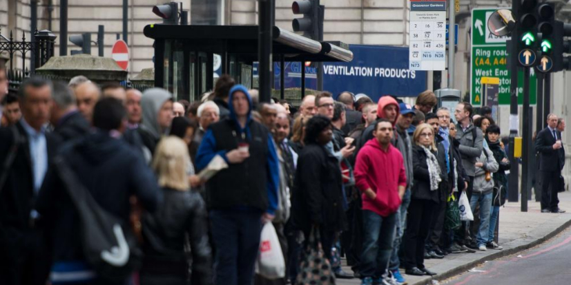 Los usuarios del metro de Londres se vieron forzados hoy a modificar...