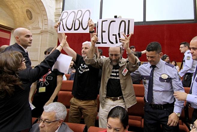 Los trabajadores de Canal Sur que protestaban desde la tribuna, en el...