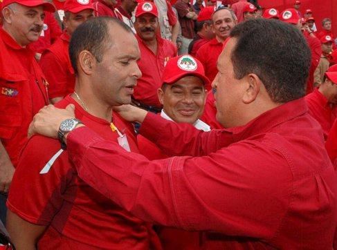Eliecer Otaiza saluda a Hugo Chávez durante una concentración en...