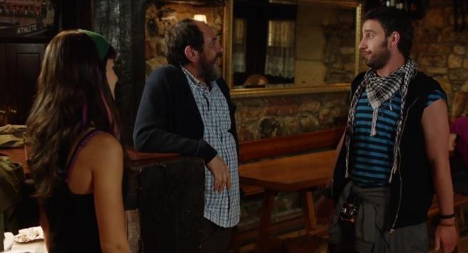 Dani Rovira, Karra Elejalde y Clara Lago, en un fotograma de la...