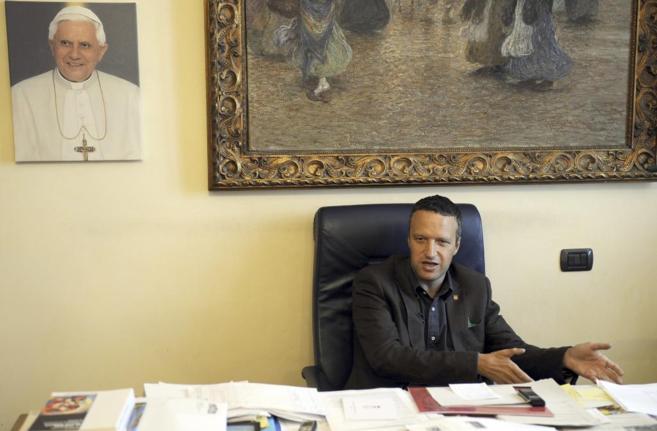 El alcalde de Verona en su despacho del ayuntamiento.