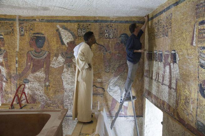 Trabajos de instalación de la réplica de la tumba de Tutankamón