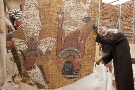 Instalación de la réplica de la tumba de Tutankamón en Luxor