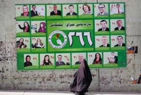 Una mujer ante un cartel electoral.
