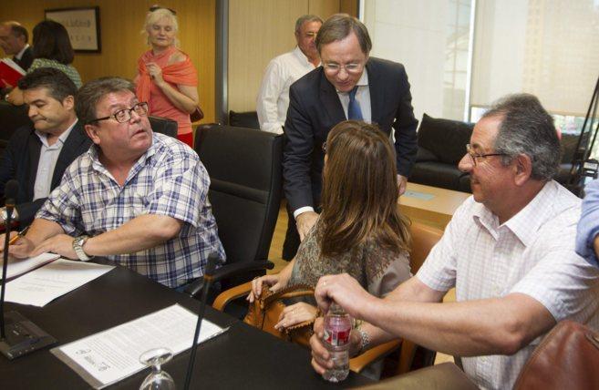 El conseller de Hacienda saluda a una representante sindical ante la...