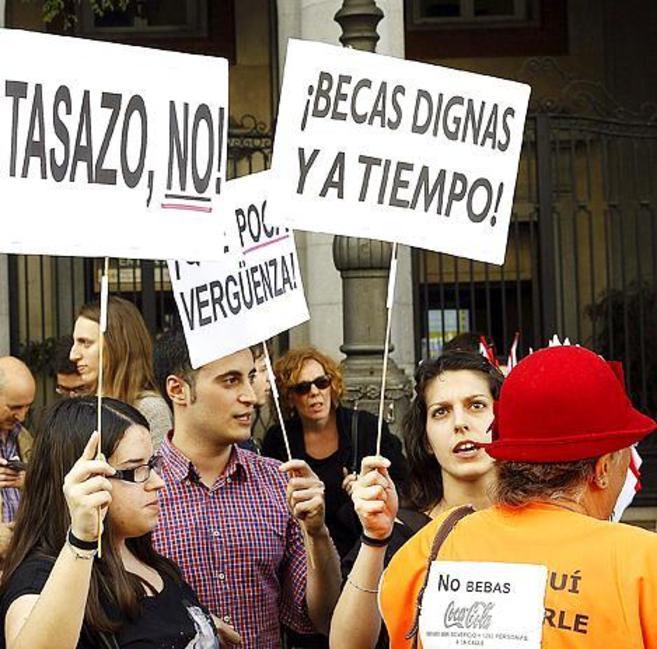 Un grupo de estudiantes durante la protesta por las becas de ayer