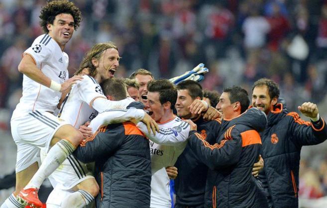 Los jugadores del Madrid celebran el cuarto gol de Cristiano Ronaldo.