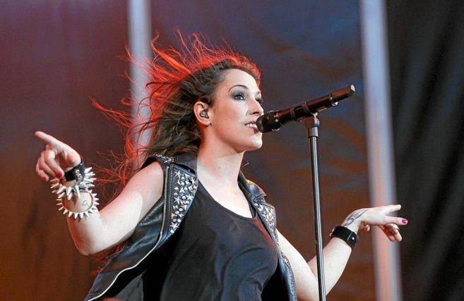 La cantante Malú cantando en uno de sus actuaciones.