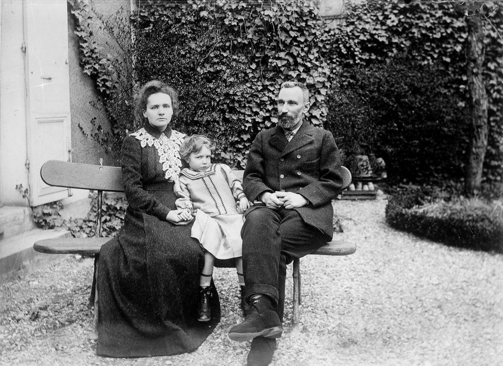 Marie y Pierre Curie, ambos premio Nobel, en el año 1900 con su hija...