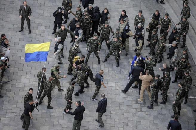 Choques entre miembros de las autodefensas de Maidan y la policia...