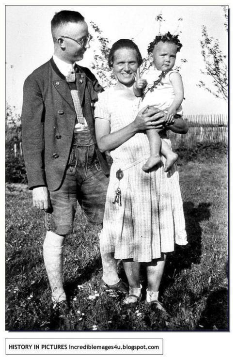 Heinrich Himmler junto a su mujer y su hija.