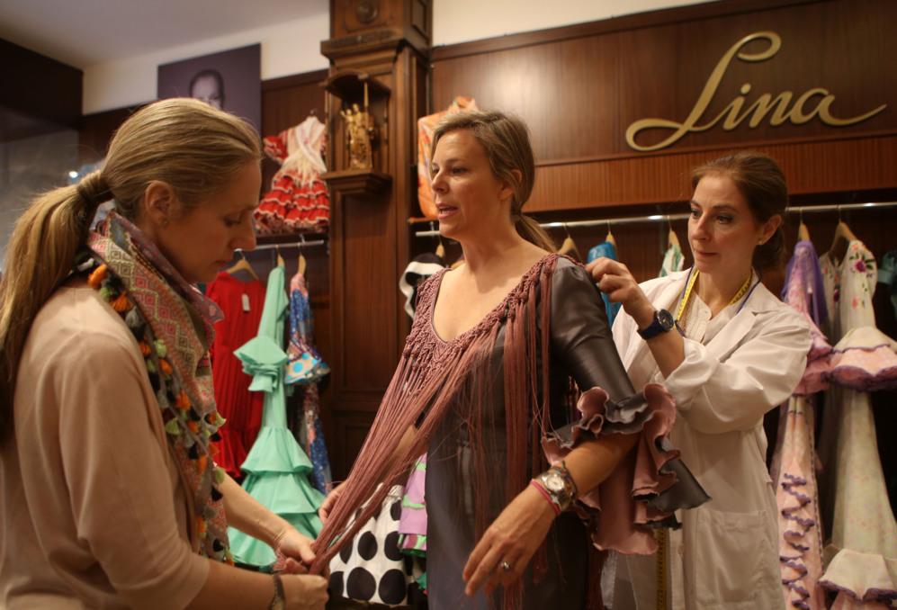 Las responsables de la firma Lina atienden a una clienta durante una...