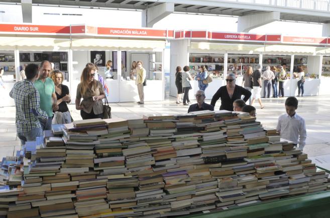 Ejemplares apilados en la Feria del Libro de Málaga. NACHO ALCALÁ
