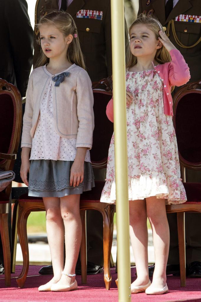 Las Infantas Leonor y Sofía siguen la ceremonia.