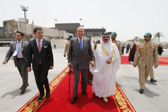 El monarca de Baréin, Hamad Bin Isa Al Jalifa, con el Rey en la...