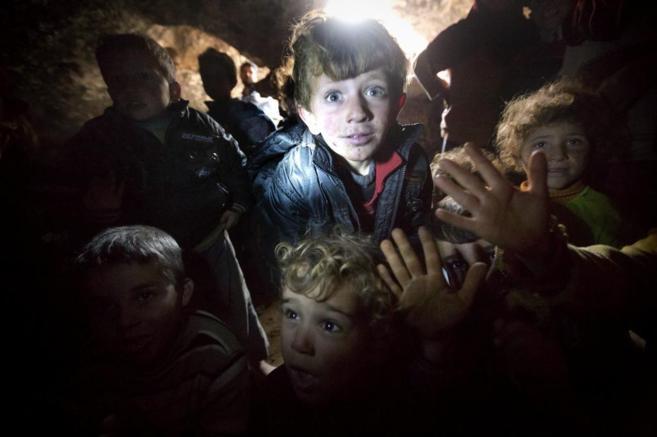 Niños sirios en las cuevas de Serjilla, donde viven con sus familias...
