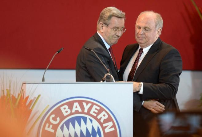 Presente y pasado del Bayern, Karl Hopfner abraza a Hoeness en la...