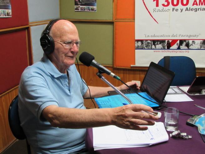 El jesuita Francisco Oliva, durante uno de los programas de radio en...