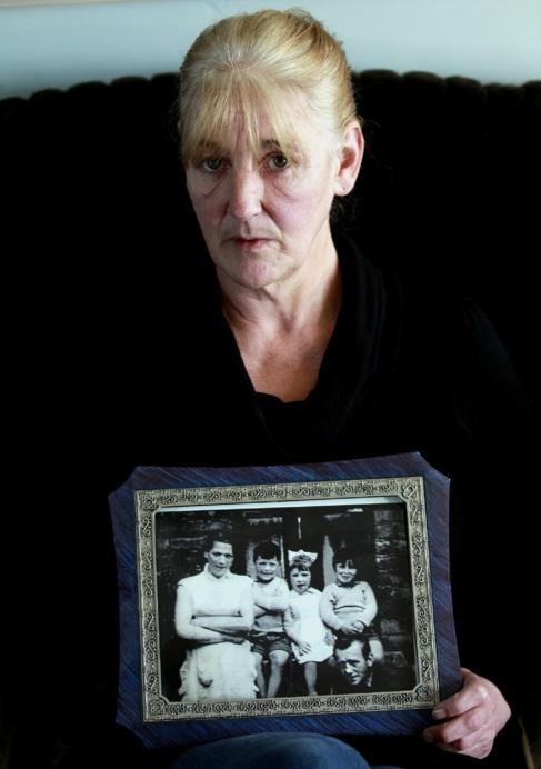 Helen, con un retrato de su madre asesinada.