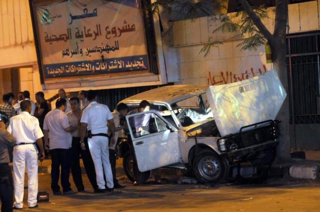 Fuerzas de seguridad revisan uno de los coches implicado en uno de los...